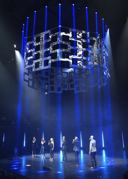 Rajaton-lauluyhtyeen joulukonsertti on suurtapaus. Esitys koostuu taiturimaisesta laulusta ja kauniista koreografiasta. (Kuva: Tiina Vihtkari)