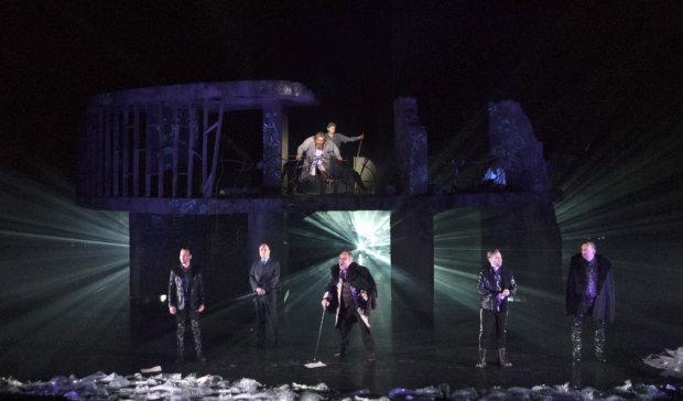 Viisi petturia kostonhimoisen Prosperon silmien alla. Ariel-henki nojaa vakauden luutaan taustalla.