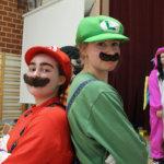Abigaalan juontajat Anna Uotila ja Anna Pitkämäki olivat Super Mario ja Luigi.