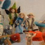 Jelena Salonen tikuttaa lapsilleen leluja