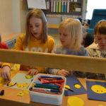 Isoystävää ja jättimäkeä ikävä – Pohjan koulun pienimpien arki siirtyi takaisin päiväkodille