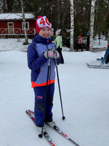 Fanny hiihtää pitkää matkaa.