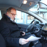 Vuokrasähköauton ohjeet ovat selkeät. Niiden avulla toimitusjohtajakin onnistuu ensimmäisellä ajomatkallaan.