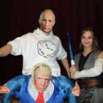 Iiro Asikainen esiintyi tuplahahmona. Hän oli Putin Trumpin olkapäillä. Miisa Hiltunen valomiekkaili Star Wars -hengessä Reyn asussa.