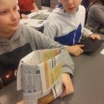 Biojätepussi sanomalehdestä Anna Tapion koulun tapaan.