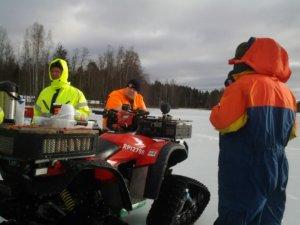 Tarjoilu pelaa. Harri Joki ja Lassi Urkko tarjoilivat jäälle kahvit ja pullat mönkijöillä.