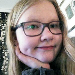 """""""Olen Ada Vanhala. Olen 14-vuotias tyttö Suoramalta ja harrastan tanssia. Minulla on kaksi kissaa. Opiskelen Pitkäjärven koulussa."""""""