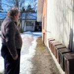 Onkkaalanrivin seinän vierestä ovat lumet sulaneet, kun kaatopaikka tuottaa talon alla lämpöä. Postinkantaja löytää yhä laatikon.