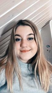 """""""Nimeni on Emilia Lahtinen. Ikä 13 vuotta. Koulua käyn Pikkolassa 7. luokalla. Aloitin nuvassa tänä vuonna ja olen varalla elinvoimalautakunnassa. Harrastan ratsastusta ja piirtämistä."""""""