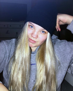 """""""Olen Hanna Välimäki, 16 vuotta ja opiskelen Kalevan lukiossa. Tällä hetkellä on menossa kolmas vuoteni Kangasalan nuorisovaltuustossa ja toimin elinympäristölautakunnassa nuorisovaltuuston edustajana. Vapaa-aikani kuluu suurimmaksi osaksi musiikin ja koulun parissa, sekä kuntosalilla tai kavereiden kanssa. Soitan kitaraa ja pianoa, kuuntelen musiikkia sekä laulan. Minua voi seurata sosiaalisessa mediassa esimerkiksi Instagramissa @h.valimaki"""""""
