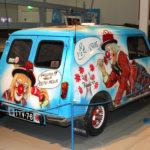 Mobiliassa avataan samanaikaisesti myös maailmaanlaajuisesti tunnustetun suomalaisen taideruiskumaalari Simo Riikosen töitä esittelevä Simo, autoihin ei saa piirrellä -näyttely. Riikosen huikeaan uraan mahtuu yli tuhat automaalausta vuosilta 1965–2016.