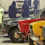 70-luvun autot olivat ihanan värikkäitä. Näyttelyyn on rakennettu muun muassa tanssilavan parkkipaikka, jossa kelpaa ihastella aikakauden hienoa muotoilua.