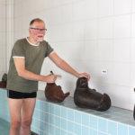 Kuohun norppien isä Teemu Luoto tervehtii usein lapsiaan. Hän ilahtui, kun kuuli että uimakoululaiset saavat riemua norppien pesemisestä.