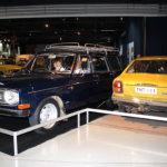 Volvo 145 vuodelta 1970 tuo tuulahduksen Ruotsista. Nillä perheet tulivat Suomeen lomailemaan. Kompakti tilaihme Datsun 100 A vuodelta 1975 oli Suomen teillä hyvinkin yleinen kulkupeli.