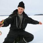 """""""Jäätilanne on tällä hetkellä hyvä"""" – kokenut pilkkijä on päässyt harrastuksensa pariin, vaikka jääolosuhteet ovatkin vaihdelleet paljon talven mittaan"""