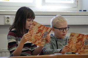 Katariina Tuominen ja Anttu Kostiainen syventyvät lukemaan merkkien kielestä kautta aikain.