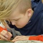 Ostoslistoja, kosintoja, lasten kirjoitusharjoituksia – tuohikirjeet olivat entisajan tekstiviestejä: Aitoon koululaiset pääsivät kokeilemaan, miltä tuohikirjeen kaivertaminen tuntuu