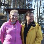 Marjut Järvinen (vasemmalla) osti Kaivannon Grillin Ann-Mari Biongilta.