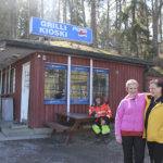 Kaivannon Grilli palvelee komeissa maisemissa. Marjut Järvinen (vasemmalla) osti grillin kälyltään Ann-Mari Biongilta.