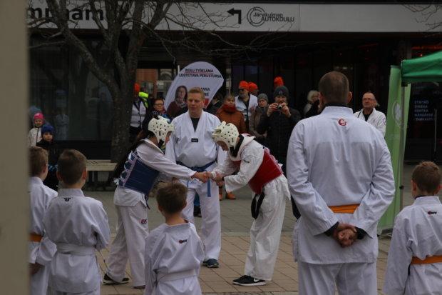 Länkyn Taekwondo esiintyi ulkoalueella kahdesti - ja otti vastaan myös palkinnon.