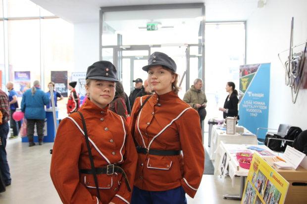 Pikkuteatterin Elina Lohtari ja Eevi Anttila eli sotapojat Jens ja Hans.