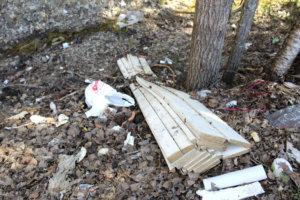 Paikallinen rakentaja on löytänyt jätteidensä loppusijoituspaikaksi jätepisteen puron varren.