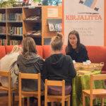 Kirjailija Kaisa Happonen piti Pälkäneen kirjastossa Kirjalitta-tapahtuman runopajaa. Kuva: Hannu Söderholm