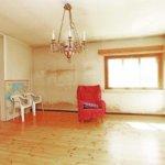 Olohuoneen pinnat vaativat remonttia.