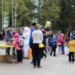 Kansa vaelsi Kostian koulun vappumarkkinoilla rastilta toiselle.