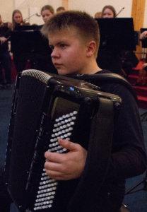 Pälkäneläinen Aleksi Pätiälä esiintyi orkesterin solistina kahdessa harmonikalle ja orkesterille sävelletyssä polskassa.