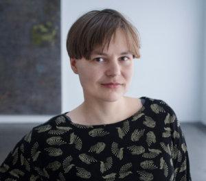 Kuvataideharrastuksensa Heikkilä aloitti Pälkäneellä. Hän on kiitollinen kuvaamataidon opettajalleen Else-Maria Laukkaselle, joka kannusti nuorta lahjakkuutta.