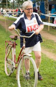Anneli Helimo osallistuu riatloniin vuodesta toiseen vaihteettomalla pyörällä.