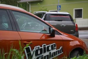 Markus Salo kurvasi Sydän-Hämeen Lehden toimiston parkkipaikalle The Voice of Finland -kilpailun palkintoautollaan.
