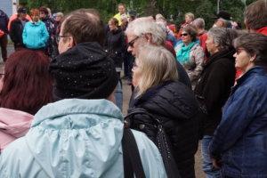 Väkeä saapui sankoin joukoin Sydän-Hämeen Lehden piha-alueelle.
