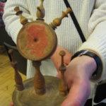 Pirkko ja Päivi Korpisen tuomaa puusta tehtyä esinettä ei tunnistettu. Sitä arveltiin lankarullatelineeksi, jonka keskiympyrästä on vuosien varrella kadonnut neulatyyny.