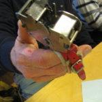 Kimmo Nieminen testaa laitetta ja solmu syntyy.