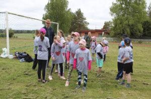 Kautialan pelipaidat olivat oppilaiden tekemiä. Selästä löytyi sukunimi, edestä Kautiala ja sydän.