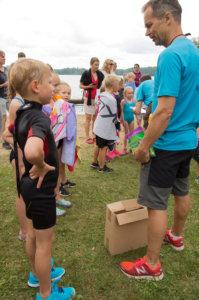 Lasten Duathlonin suosio on kasvanut vuosi vuodelta. Petri Ketola valmistautuu jakamaan palkintoja vuoden 2018 tapahtumassa.
