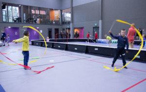 Voimistelunauhat saivat luovuuden liikkeelle ja välillä ne toimivat myös hyppynaruina. Taituroimassa Mainio Kähäri ja Veli Kinnunen.