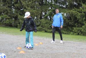 Tampere Unitedin Haris Ibrahimovic  oli kyläkouluturnauksen suojelija. Nuori hyökkääjä opasti lapsia taitopisteillä. Tässä pujottelee Pohjan koulun kakkosluokkalainen Miko Koskinen. Mikon mielestä harjoitus on semivaikeaa. Yleensä hän pelaa sählyä.