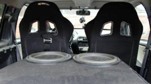 Niko Veijalaisen mopoauton takaosan täyttää äänentoistolaitteisto. Subbarit ja vahvistin maksoivat noin tuhat euroa.