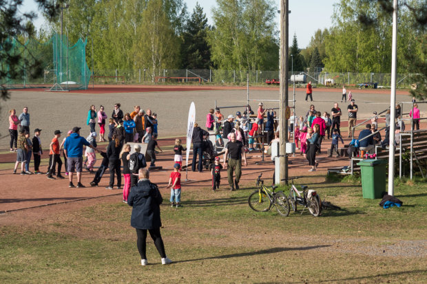 Parkour sai koko perheen liikkumaan urheilukentällä. Kuva: Hannu Söderholm
