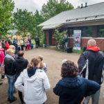 Moni paikallaolija kertoi Markus Salolle äänestäneensä häntä Voicessa. Kuva: Hannu Söderholm