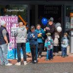K-Supermarketin tarjoukset kiinnostivat kävijöitä. Kuva: Hannu Söderholm