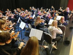 Islantilainen kansanlaulu Krummi soitettiin kahdessa konsertissa yhdessä islantilaisorkesterin kanssa. JohtajanaUnnur Pálsdóttir.