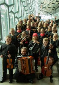 Valkeakosken musiikkiopiston jousiorkesteri konsertoi Reykjavikin konserttitalo Harpassa vappuaattona.