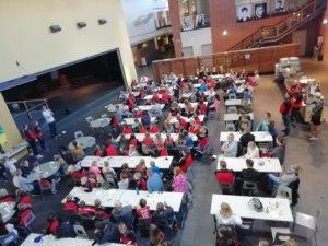 Pitkäjärven koulun ruokala täyttyi pienemmistä ja isommista junioreista sekä valmentajista ja huoltojoukoista. Kuva: Emilia Franssila