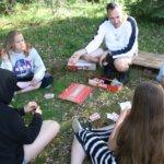Ryhmämme Sinttu pelaamassa aliasta pelinlukupäivänä.