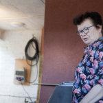 Leena Ilmoila esitteli Orivedeltä saapuneelle Liisa Päivärinnalle Pöllökartanoa ja sen kirjoja. Alakerran kirjaston ja vierashuoneen kirjat ovat yhteisesti käytettävissä.