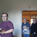 Luopioisten Pytingillä kirjat heräsivät henkiin: Runokukkian Oili Ruukki, Kirsti Savola, Merja Kärpänniemi ja Helena Saarinen lausuivat kahvittelijoille runoja.